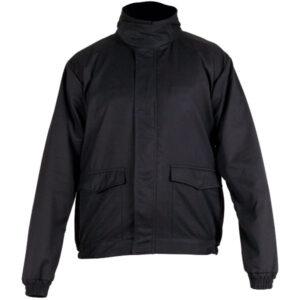 Cazadora negra en ropa de protección