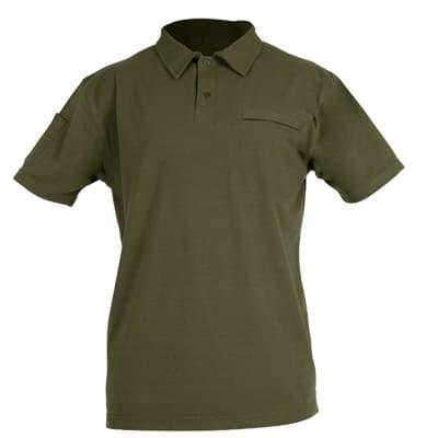 Polo de manga corta verde en ropa de protección